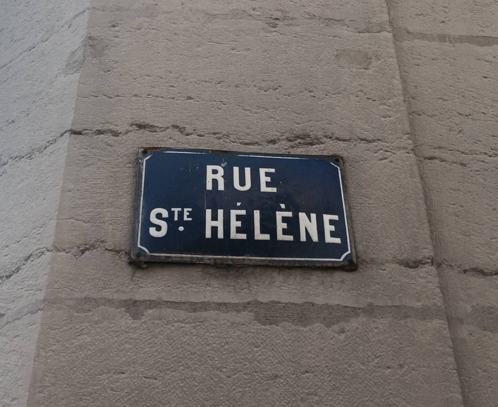 targa ironica di via intitolata a santa elena